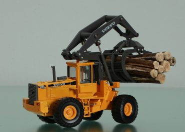 Volvo L180C HL high lift log loader