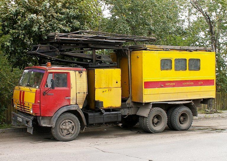 Подъемник стреловой самоходный Красноярского ТТУ для ремонта контактной сети на шасси КамАЗ-53212