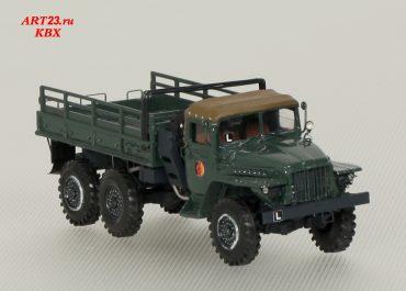 Урал-375 6х6 бортовой грузовик с мягкой складной крышей кабины и металлическим кузовом со скамейками